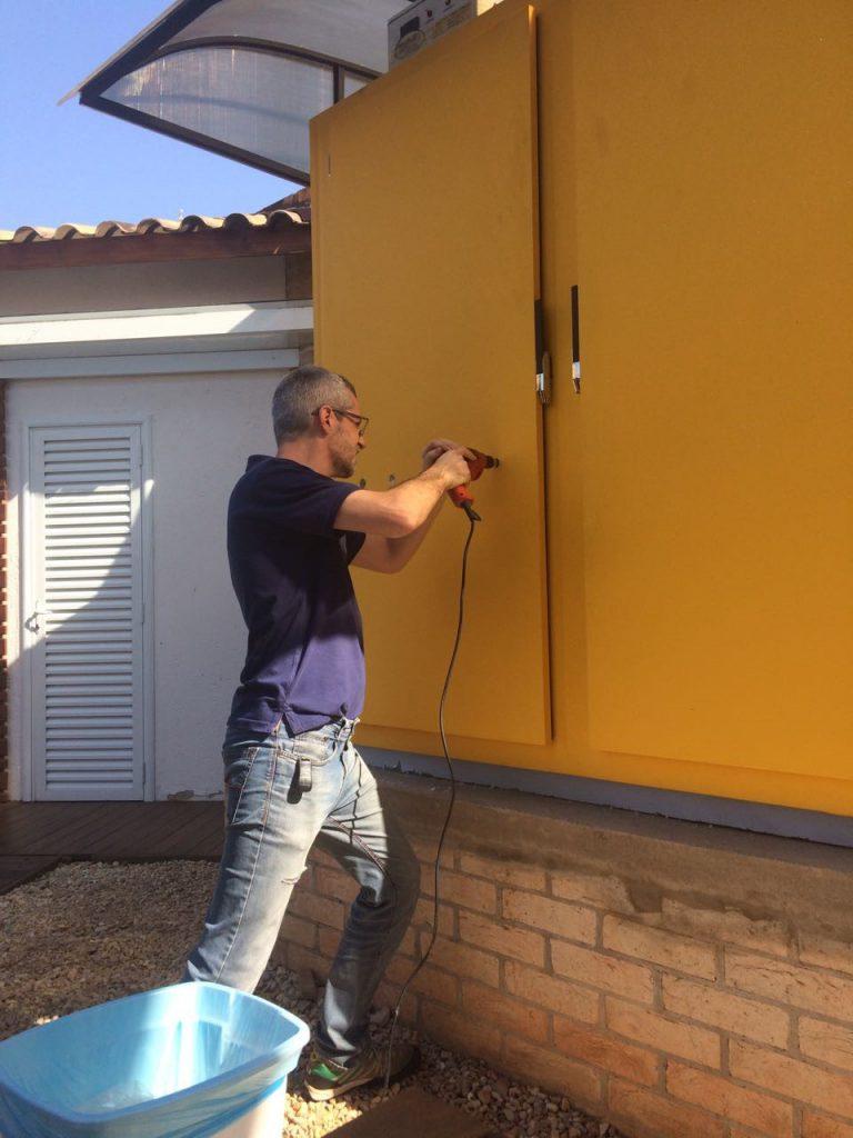 homem furando porta do kegerator